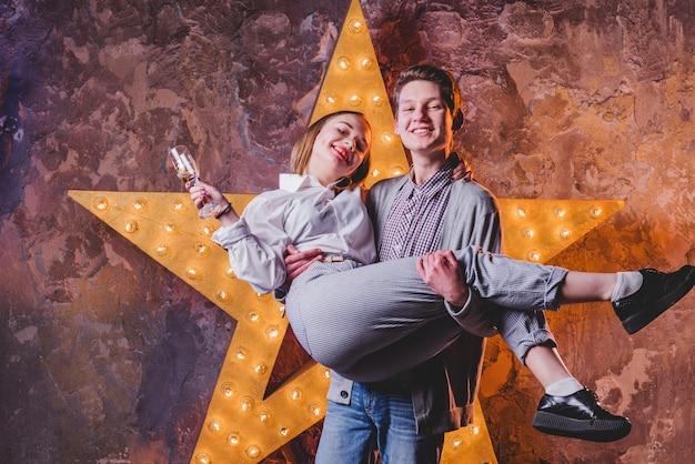 Couple debout à l'étoile brillante