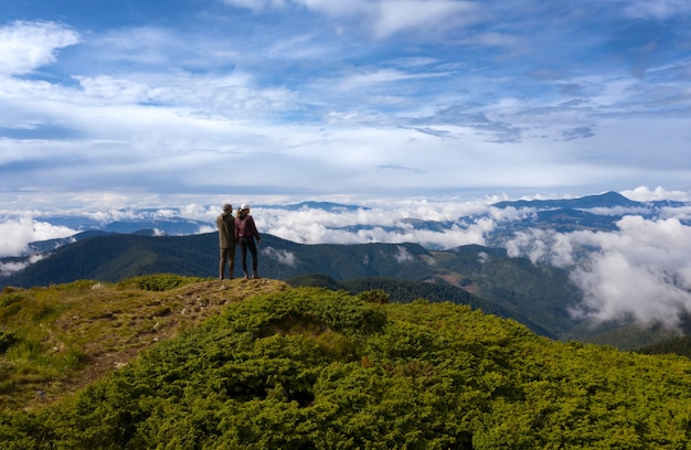 Le couple debout sur la montagne pittoresque