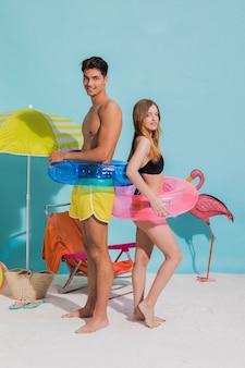 Couple, debout, sur, plage, à, sauveteurs