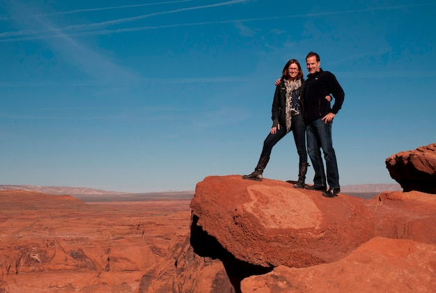 Couple, debout, sur, a, rocher, horseshoe, courbure, glen canyon
