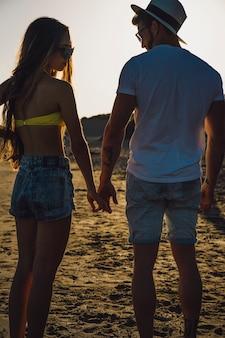 Couple debout sur le sable