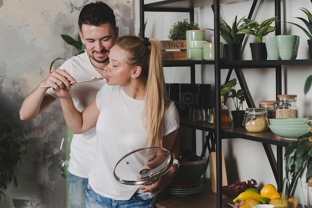 Couple dégustant le champignon préparé dans la cuisine