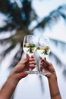 Couple en dégustant un verre de vin sur la plage