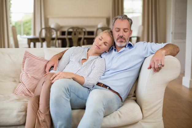 Couple, délassant, sofa, salon