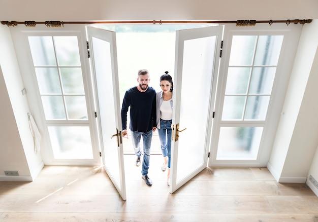 Couple déménage dans une nouvelle maison