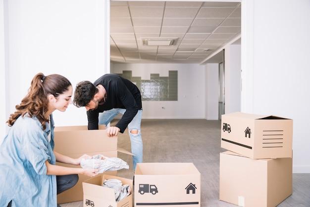 Couple déménageant dans un nouvel appartement