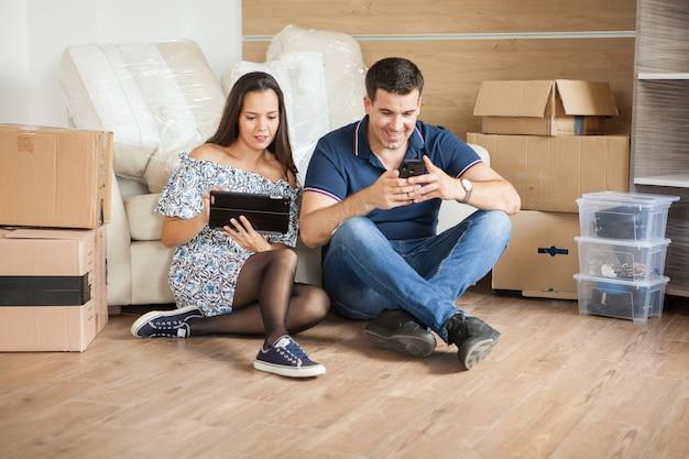 Couple déménageant dans une nouvelle maison. des mariés heureux achètent un nouvel appartement pour commencer une nouvelle vie ensemble