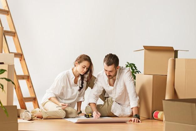 Couple déménageant dans une nouvelle maison.