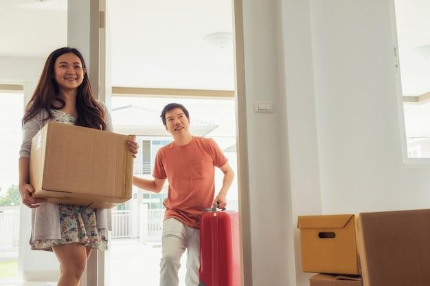 Couple, déménagement, nouveau, maison