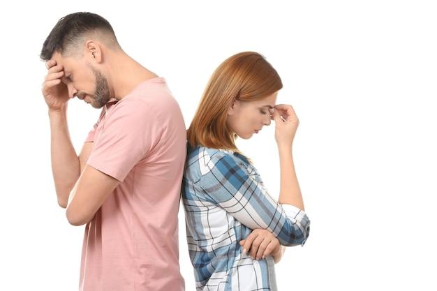 Couple déprimé après querelle sur fond blanc