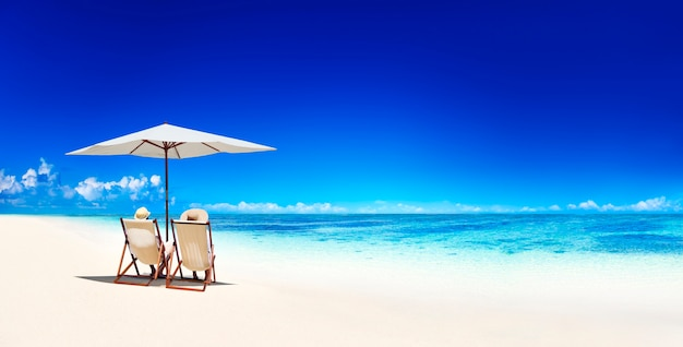 Couple de détente sur une plage à samoa