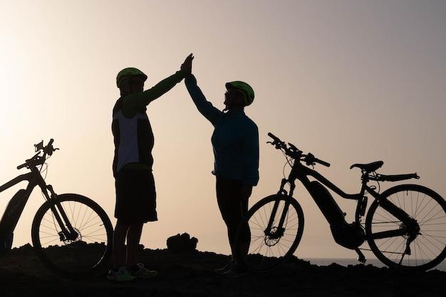 Couple de deux personnes âgées donnant ensemble cinq personnes et s'entraînant pour adopter un mode de vie sain et en forme - personnes matures actives
