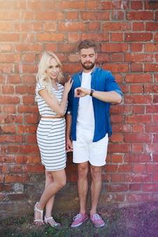 Couple devant le mur de briques