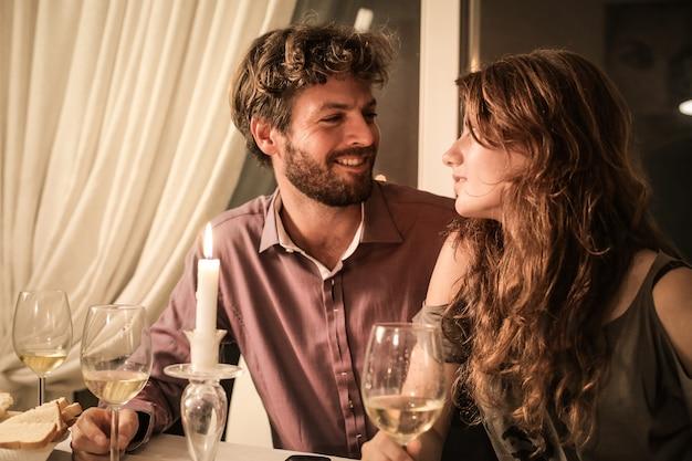 Couple sur un dîner romantique