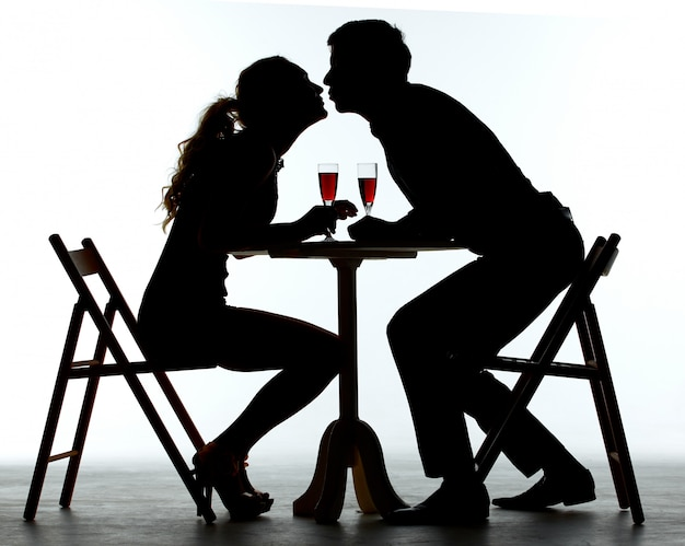 Couple, dîner, verre vin, table