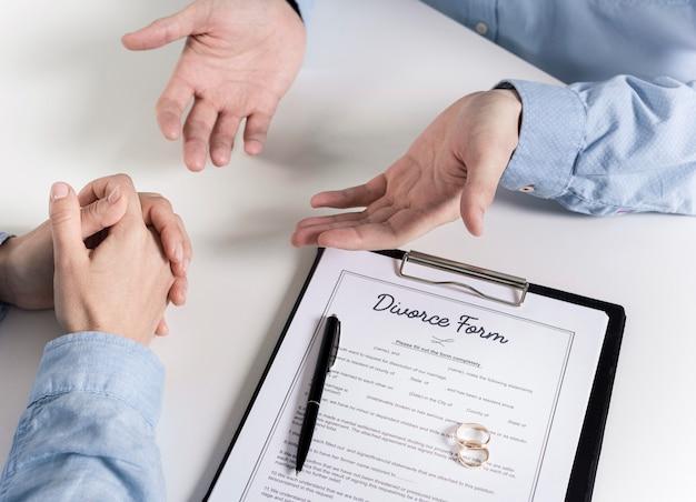 Couple discutant avant de signer le formulaire de divorce