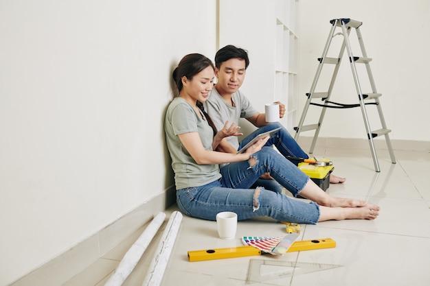 Couple discutant de rénovation