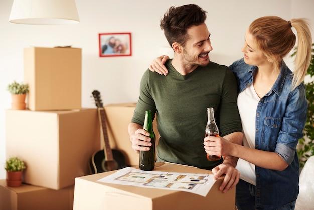 Couple discutant tout en buvant un verre
