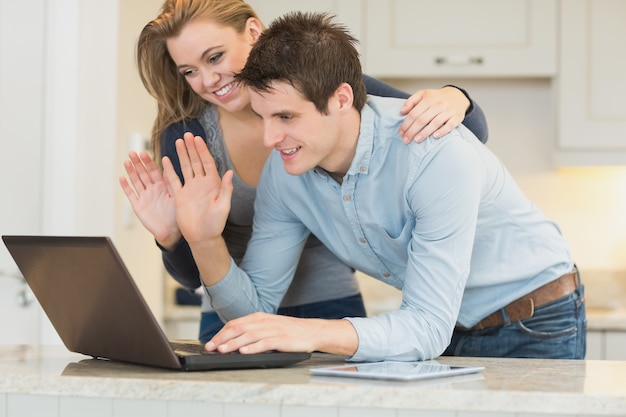 Couple discutant via webcam