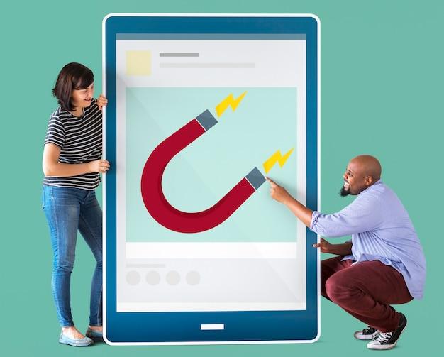 Couple divers tenant une tablette avec des graphiques