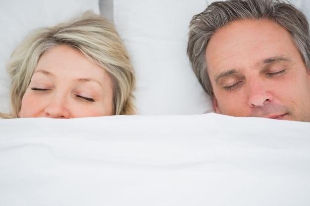 Couple dormant sous les couvertures