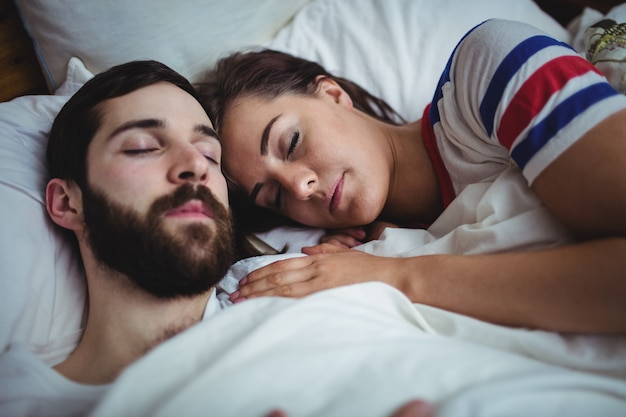 Couple, dormir ensemble, sur, lit
