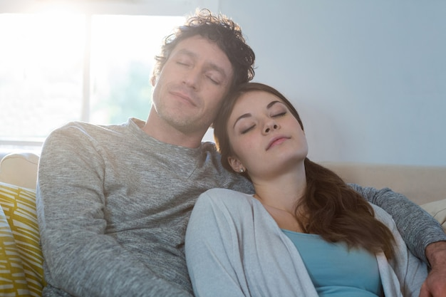 Couple, dormir, ensemble, sur, sofa
