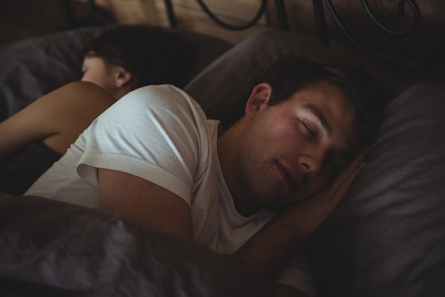Couple, dormir, lit, dans, les, chambre