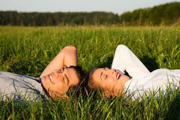 Couple, dormir, sur, pré, soleil