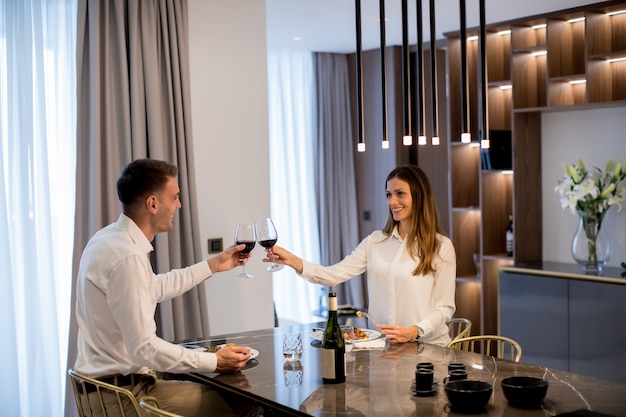 Couple doux ayant un dîner romantique dans une cuisine de luxe
