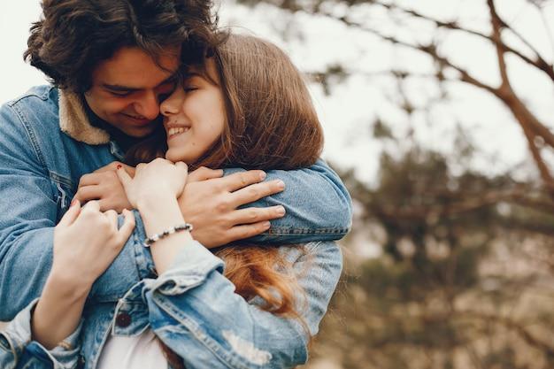 Couple doux et élégant se promener dans le parc en automne