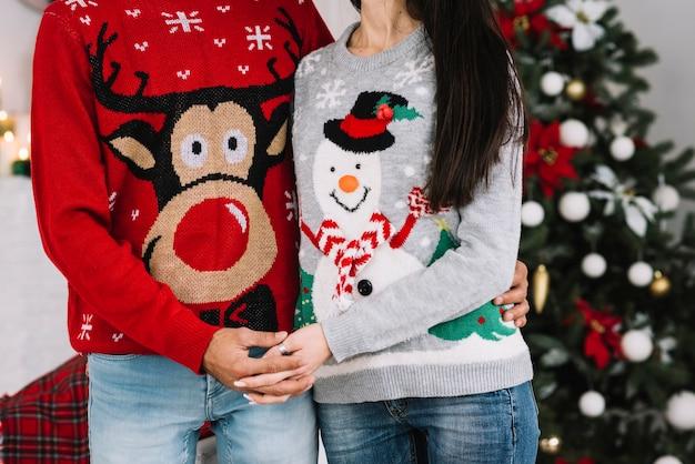 Couple, drôle, chandails, tenant mains