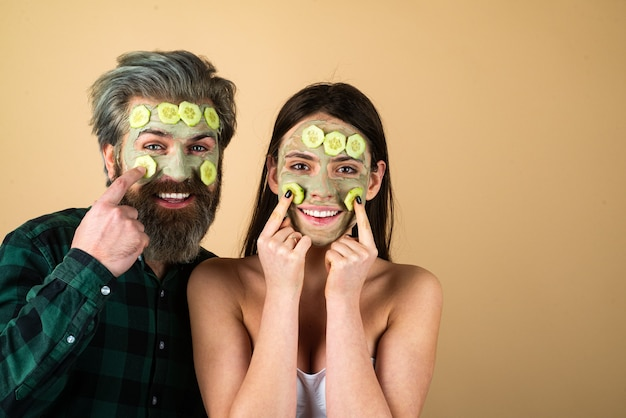 Couple drôle avec crème pour le visage. soin du visage au concombre.
