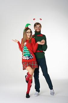 Couple drôle portant des pulls de noël étranges