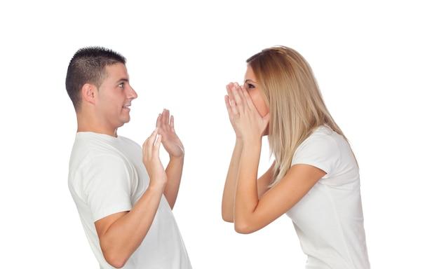 Couple drôle simulant une discussion
