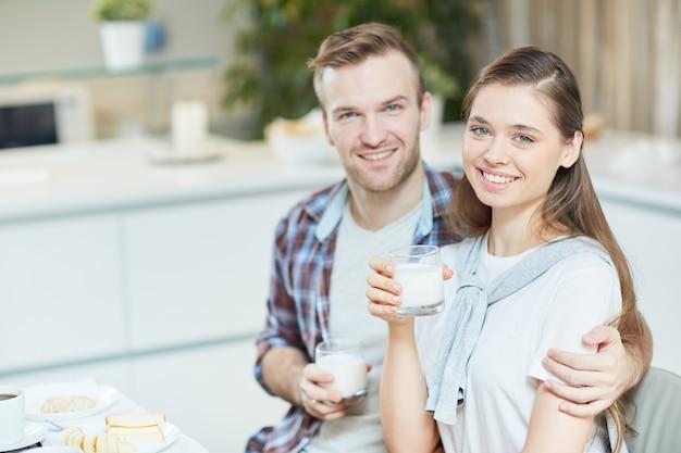 Couple avec du lait
