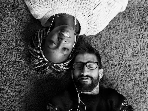Couple écoutant de la musique ensemble