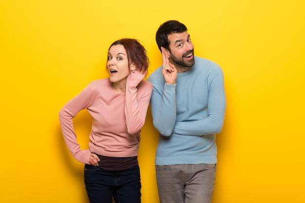 Couple écoute quelque chose