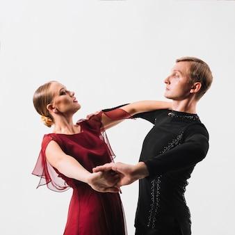 Couple effectuant la danse sur fond blanc