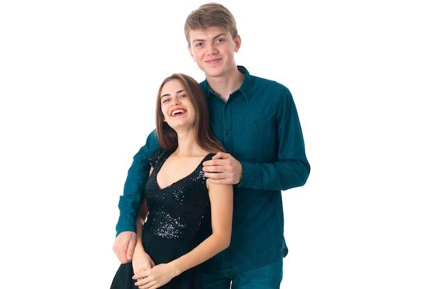 Couple élégant amoureux s'amuser en studio sur fond blanc