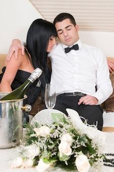 Couple élégant après une fête du nouvel an 31