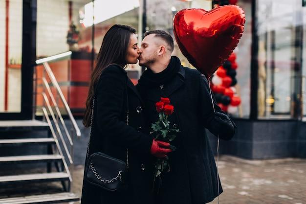 Couple élégant avec ballon à la date