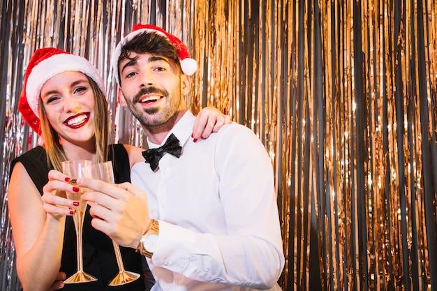 Couple élégant célébrant la nouvelle année