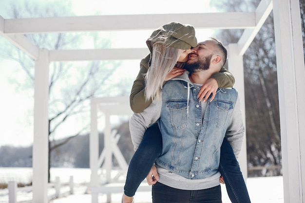 Couple élégant dans un parc d'hiver