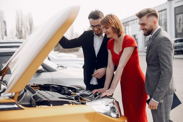 Couple élégant dans un salon de l'automobile