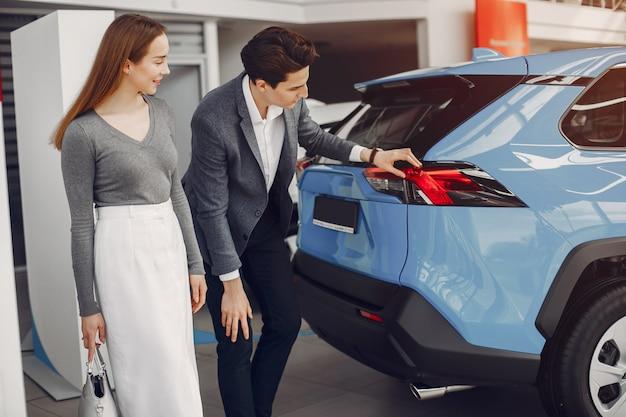 Couple élégant dans un salon de voiture