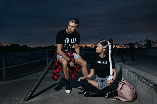 Couple élégant dans le skate park