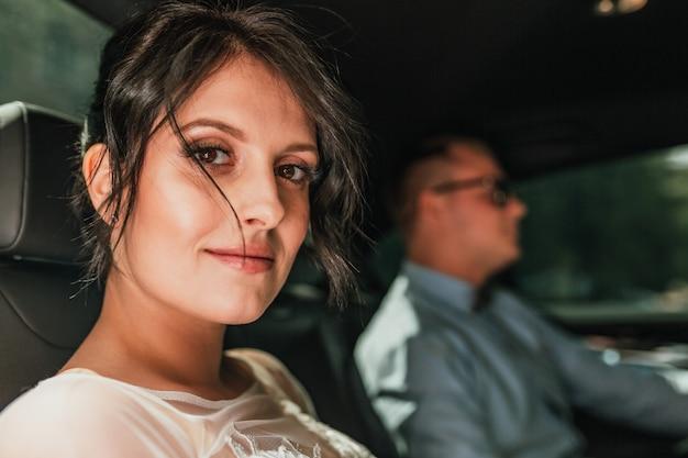 Couple élégant dans une voiture noire élégante