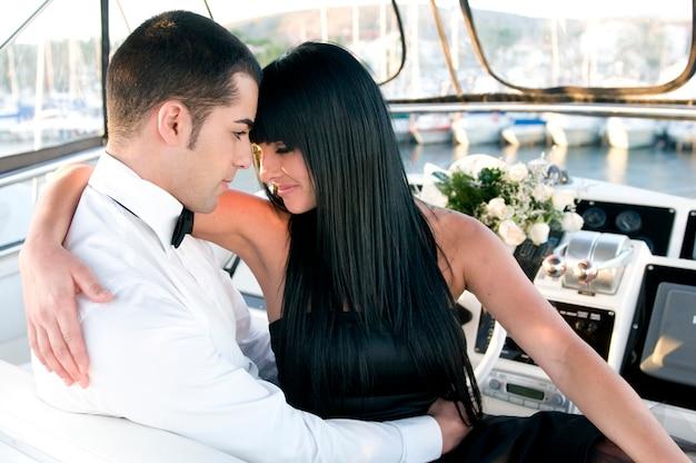 Couple élégant dans un yacht