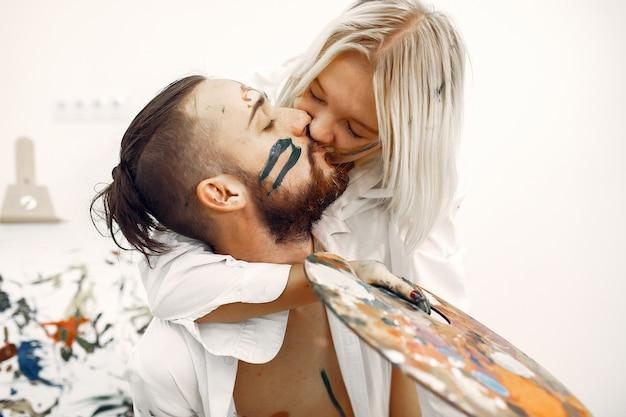 Couple élégant dessine dans un studio d'art